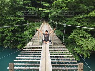 吊り橋と自分の写真・画像素材[2135156]