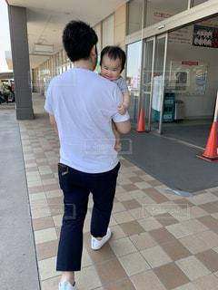 親子,子供,後姿,抱っこ,男の子,次男,お父さん,父の日,10ヶ月,パパ大好き