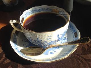 テーブルの上のコーヒー1杯の写真・画像素材[2098978]