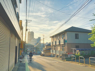 建物の側面に焦点を当てたストリートシーンの写真・画像素材[2278060]