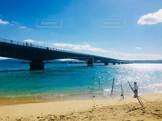 水域の隣にあるビーチの写真・画像素材[2100856]