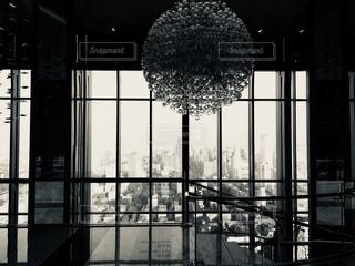 ストライプの窓からの高層ビルからの景色とシャンデリア。の写真・画像素材[2151696]