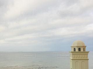 空と海の境界線と建物。の写真・画像素材[2264322]