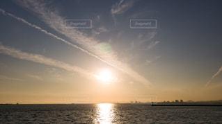 自然,風景,海,空,冬,夕日,屋外,太陽,白,雲,晴れ,青空,晴天,青,夕焼け,夕暮れ,水面,光,外,ブルー,夕陽,夕景,快晴,野外,白色,ホワイト,青色
