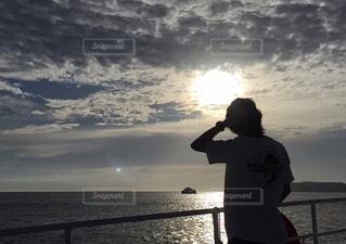 男性,海,夏,夕日,太陽,島,後ろ姿,日差し,シルエット,背中,人,船上