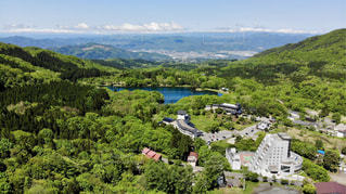 緑豊かな丘の中腹の眺めの写真・画像素材[2108255]