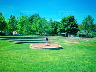 公園のステージに立つ女性の写真・画像素材[2266608]