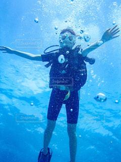 スキューバダイビングする女性の写真・画像素材[2329752]