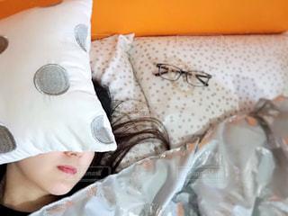 ベッドで寝ている人の写真・画像素材[2498418]