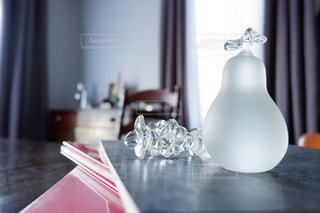 テーブルの上のガラス製の梨と葡萄の写真・画像素材[2735166]
