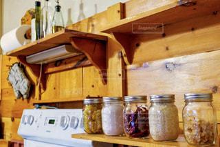 キッチンの棚に置かれた食材の入ったメイソンジャーの写真・画像素材[2797269]