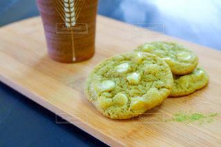 ウッドボードの上の抹茶クッキーの写真・画像素材[3196898]