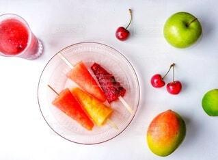 手作りのフルーツアイスとジュースの写真・画像素材[3854604]