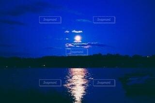 自然,風景,空,夜,夜景,夜空,屋外,湖,海外,雲,ボート,水,船,水面,反射,光,月,外国,満月,月夜,湖面,避暑地,月光