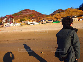 男性,屋外,後ろ姿,砂浜,影,人物,背中,人,後姿,日本海
