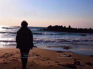 男性,海,空,屋外,後ろ姿,砂浜,波打ち際,波,人物,背中,人,後姿,風,日本海