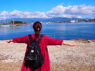 女性,海,空,屋外,ピンク,晴れ,青空,晴天,青,後ろ姿,船,水面,人物,背中,人,後姿,港,函館,リュック,ビビット,ポップ,いい天気