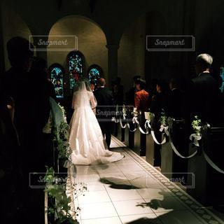 女性,後ろ姿,結婚式,花嫁,人物,背中,人,後姿,ステンドグラス,教会,新郎,新婦,父親,クラシック,バージンロード,ベール,厳か,新婦父