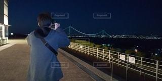 男性,1人,風景,空,橋,夜景,後ろ姿,撮影,背中,人,後姿,写真,後ろ向き,青年