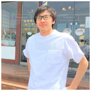 建物の前に立っている人の写真・画像素材[2105525]