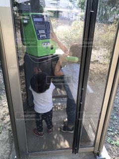 子ども,後ろ姿,背中,後姿,電話,幼児,男の子,電話ボックス