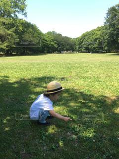 公園でフリスビーを投げる男の写真・画像素材[2100869]