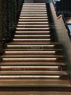 夜の階段の写真・画像素材[2150555]