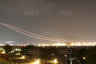飛行機の光跡の写真・画像素材[2634324]