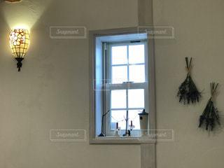 窓の横にドライフラワーの写真・画像素材[2811043]