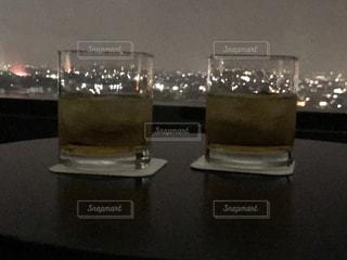 飲み物,夜,夜景,部屋,室内,窓,人物,リラックス,癒し,イベント,グラス,乾杯,窓際,ドリンク,パーティー,就寝前,ヒーリング,手元,家飲み,水割り,寝る前,ソフトド リンク