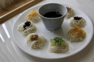 食べ物,おうちごはん,食事,カラフル,皿,食器,昼食,そうめん,料理,日本食,自炊,麺,和,窓際,食,簡単,素麺,お手軽,ありあわせ,味いろいろ,映え飯