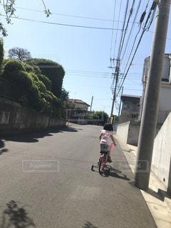 自転車,後ろ姿,女の子,人物,背中,人,後姿,坂道,補助輪