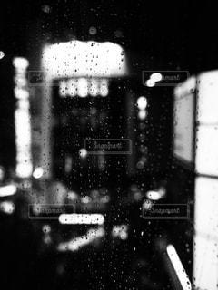 建物,夜,屋内,雨,水,モノクロ,水滴,暗い,ぼかし,都会,水玉,雫,通り,しずく,黒と白
