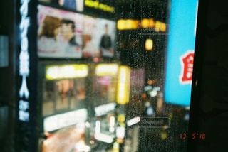 雨の日の夜に窓に残った雫の写真・画像素材[2114853]