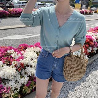 花の前に立っている女性の写真・画像素材[2102455]