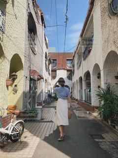 レンガ造りの建物の前に立っている人の写真・画像素材[2283161]