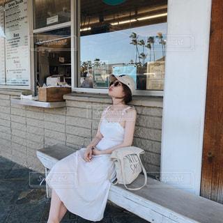 建物の前に座っている人の写真・画像素材[2321844]