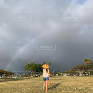 夕暮れ時の雨上がりの虹の写真・画像素材[2512119]