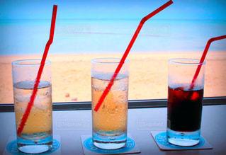 3人,カフェ,海,コーヒー,赤,白,青,水,砂浜,黒,海辺,暑い,水滴,グラス,雫,冷たい,結露,炭酸,しずく,トリオ
