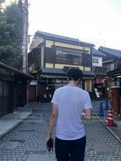男性,1人,建物,後ろ姿,背中,Tシャツ,川越,白シャツ,半袖