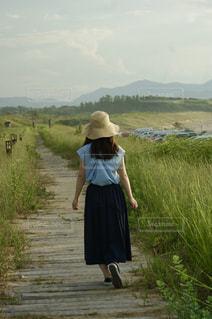 遊歩道を歩く女の子の写真・画像素材[2277810]