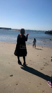 海,浜辺,後姿