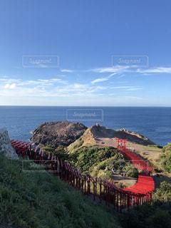 山を背景にした水域に架かる橋の写真・画像素材[2415763]