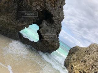 岩の上のケーキの写真・画像素材[2419742]