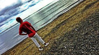 男性,学生,10代,風景,海,夏,屋外,ビーチ,日焼け,洋服,人物,人,Tシャツ,シャツ,履物,夏服,猛暑日,半袖,稲毛海浜公園