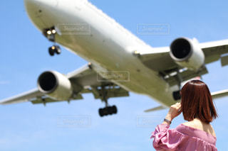 女性,1人,空,夏,後ろ姿,飛行機,人物,背中,人,後姿,旅行,空港,航空機