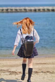 浜辺を歩いている人の写真・画像素材[2179508]