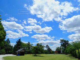 青空に白い雲の写真・画像素材[2477672]