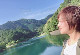 緑に囲まれた湖とわたしの写真・画像素材[2105891]