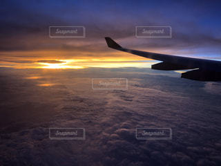 自然,空,屋外,太陽,朝日,雲,夕暮れ,飛行機,飛ぶ,景色,光,朝焼け,翼,航空機,雲の上,フライト,旅客機,航空,クラウド